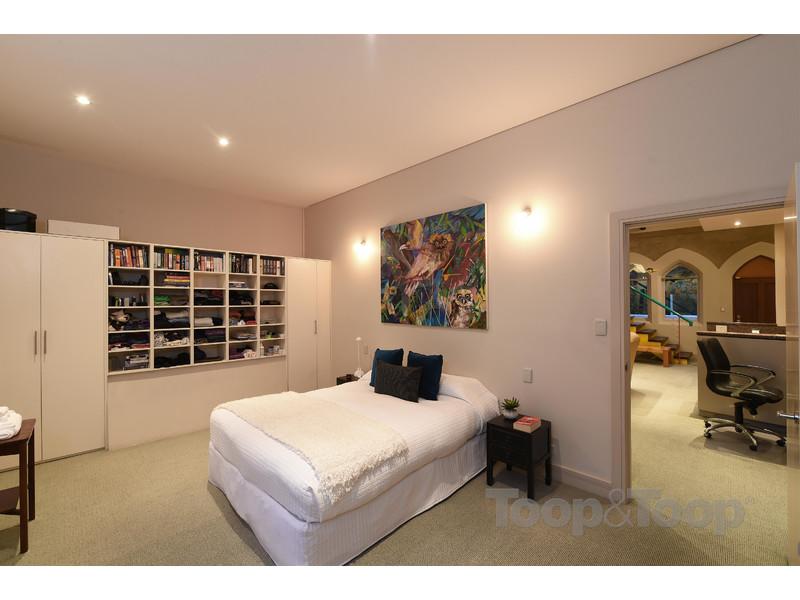 主卧里面的窗户设计可以让你从床上捕获山景和地平线,还有内置衣柜和