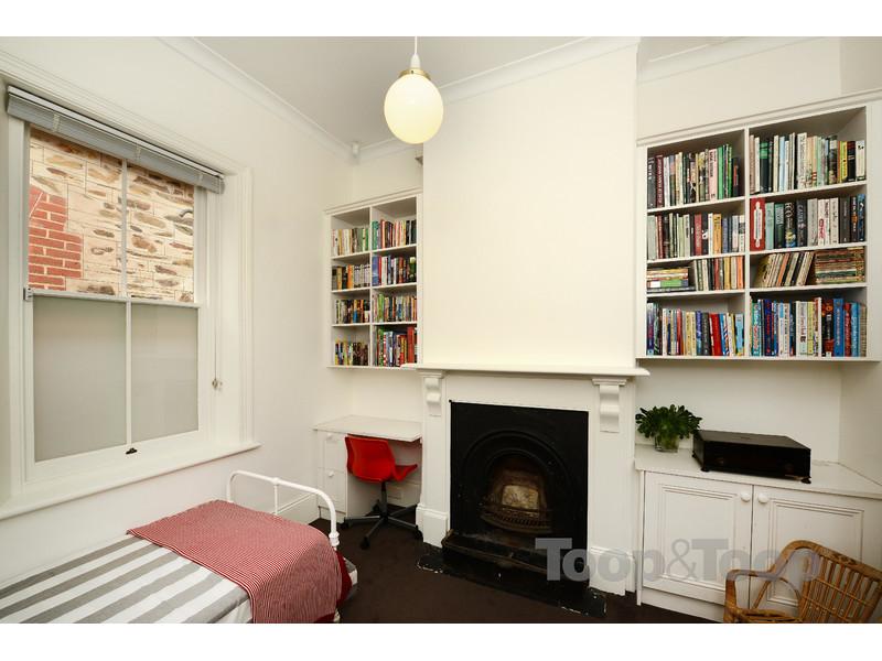 卧室位于住宅前部,主卧室有步入式衣帽间,有衣架和挂衣架空间.