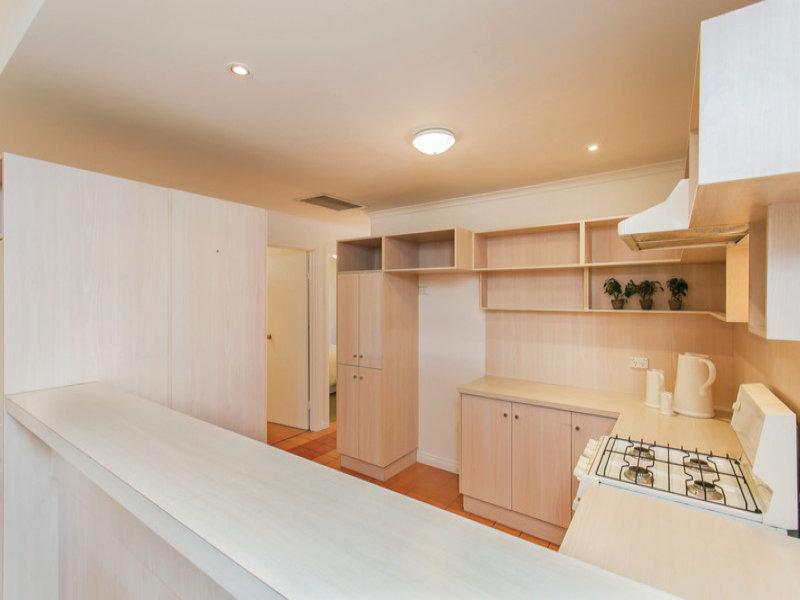 """最先进的射灯,凹陷的天花板和粉刷一新的白墙,提供了典型的""""城市客厅"""""""