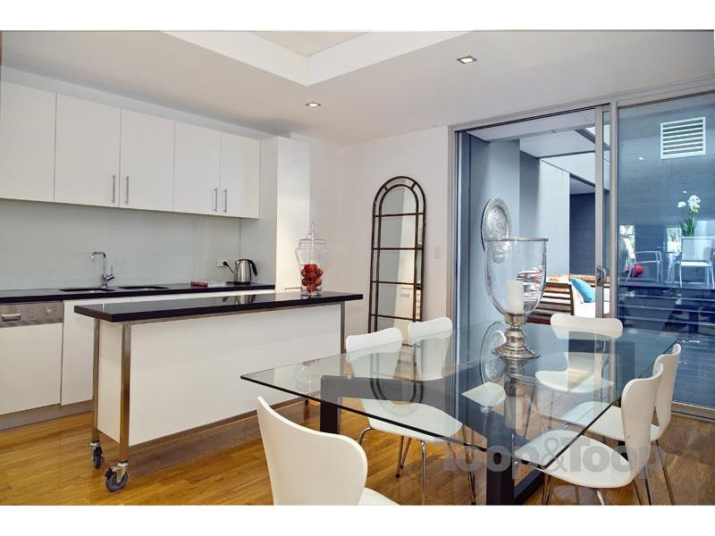 靠窗楼梯可到住宅二层,宽敞明亮客厅,书房和三间卧室,全部由衣帽间,两