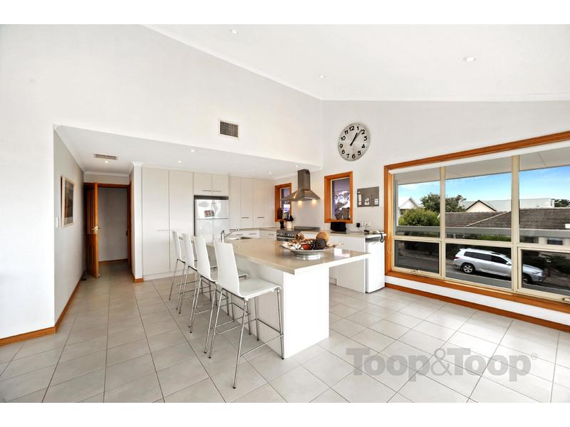 厨房设有大面积凯撒石中岛料理台,不锈钢烤箱,抽油烟机和一个拥有充沛